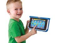 Jeune garçon avec sa tablette tactile pour enfant.