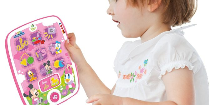 Petite fille avec sa tablette tactile enfant.